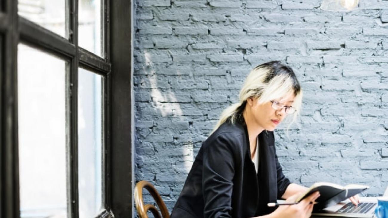 asian-businesswoman-laptop-planning-strategy-PQFT2HE@2x (1)-min
